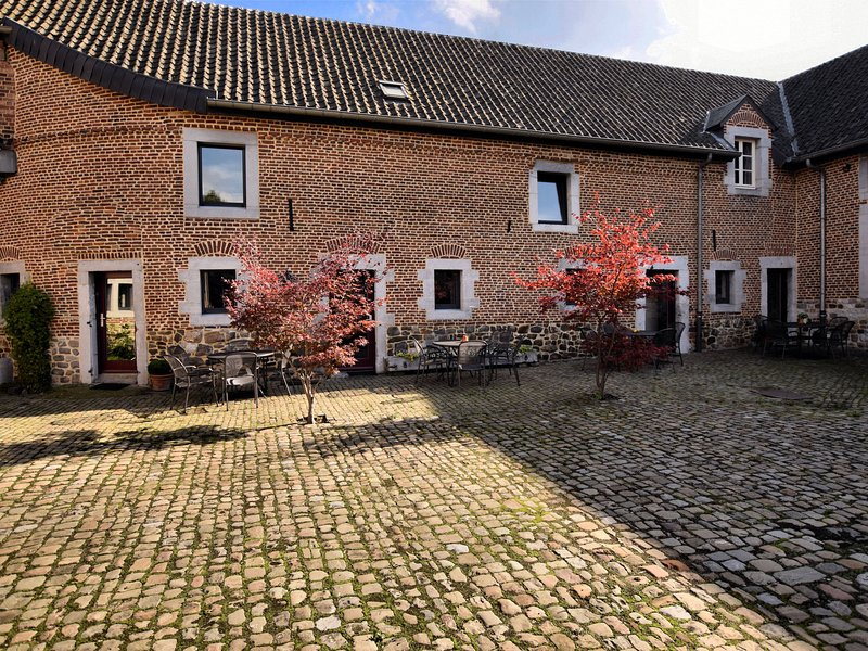 Nice apartments in a monumental square farm., alquiler vacacional en Berneau