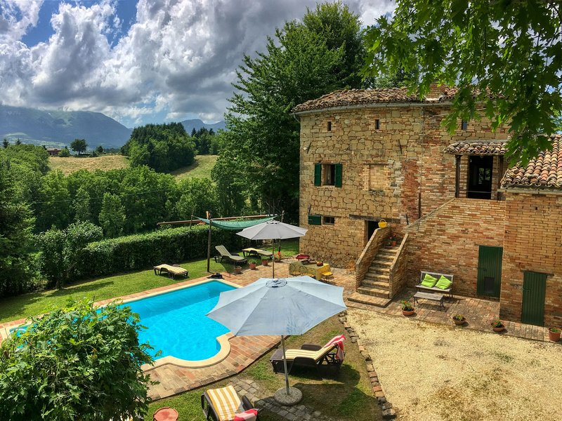 Villa in le Marche with private swimming pool, holiday rental in Montefortino