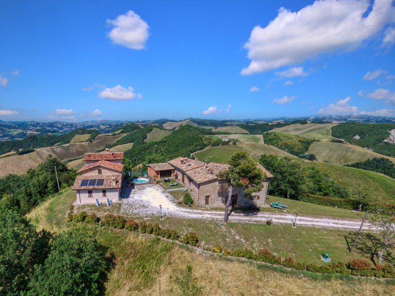Borgo with mini pool in the Apennines, unspoiled nature, beautiful views, vacation rental in Piandimeleto