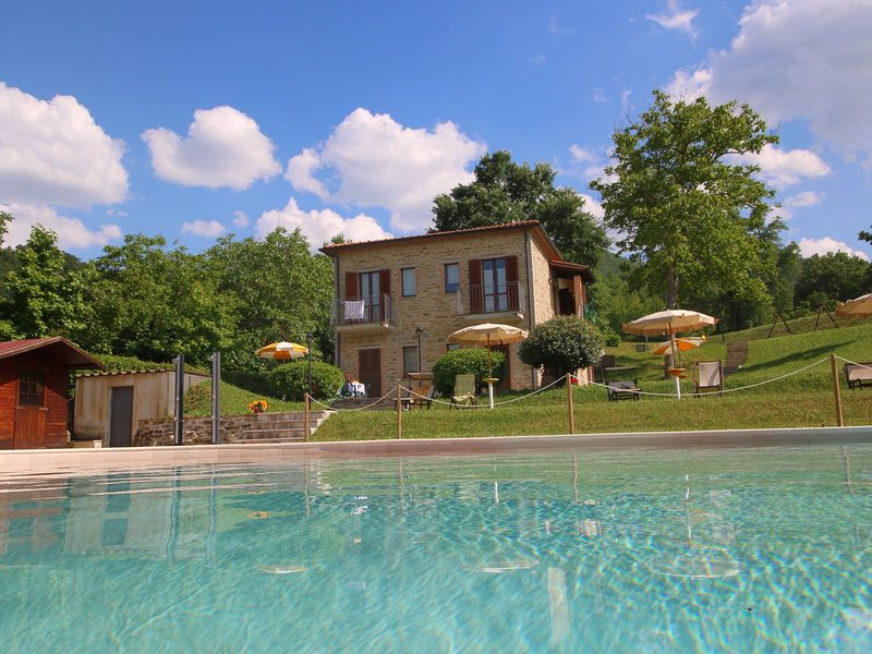 Property with swimming pool, spacious garden, private terrace and views, location de vacances à Sant'Angelo in Vado