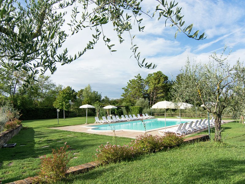 A small village of five beautiful apartments in the green Tuscan hills., vacation rental in Selvatelle