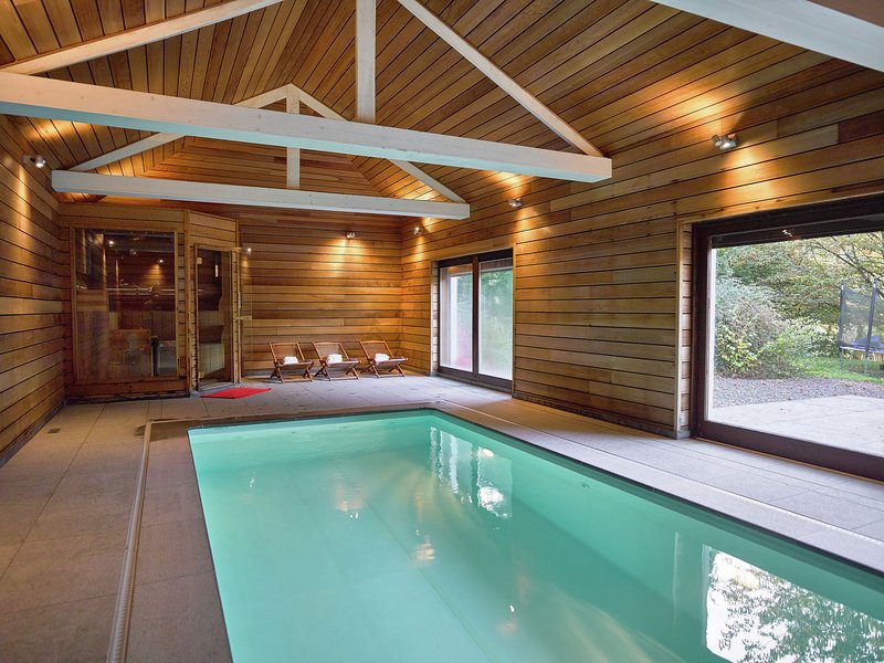 Luxurious mansion with an indoor pool, sauna, and petanque court located by a ri, casa vacanza a Werbomont
