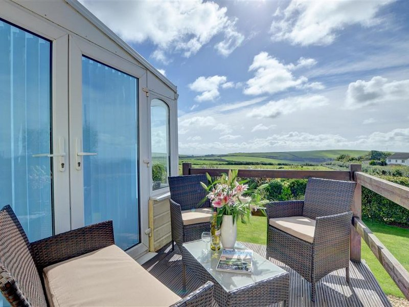Cosy apartment with private terrace and amazing views across green surroundings, holiday rental in Lee