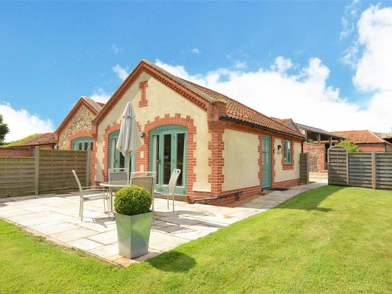 Beautiful holiday home in Larling with Garden, holiday rental in Larling