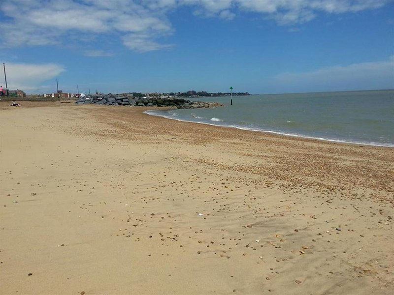 Modernly furnished holiday home with balcony, near Felixstowe beach, alquiler vacacional en Felixstowe