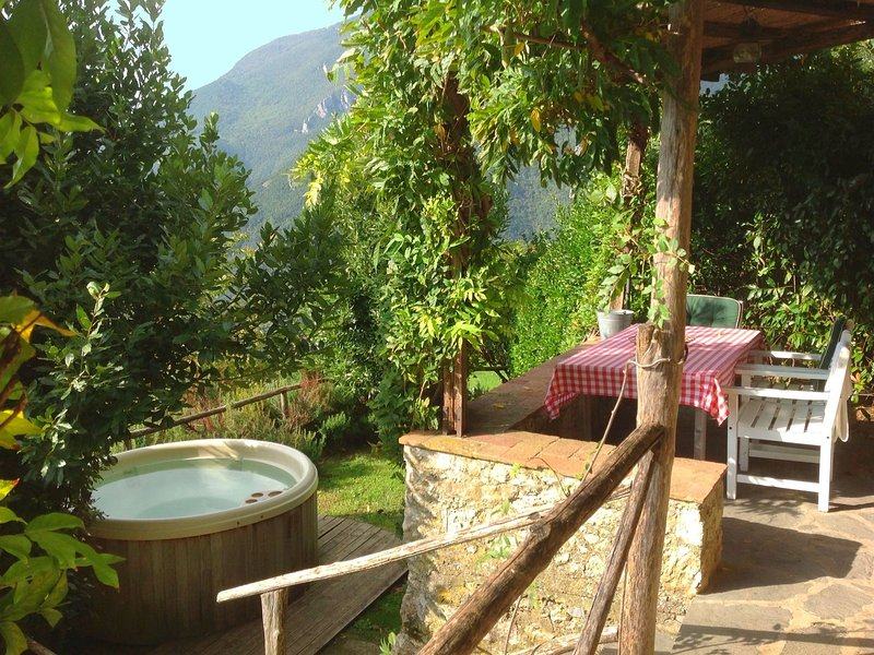 Luxurious Holiday Home in Camaiore with Jacuzzi, aluguéis de temporada em Salapreti