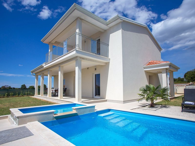 Villa with private pool and garden, near Porec and water park, holiday rental in Fuskulin