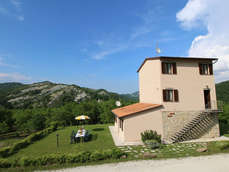 Property with swimming pool, spacious garden, private terrace and views, Ferienwohnung in Piobbico