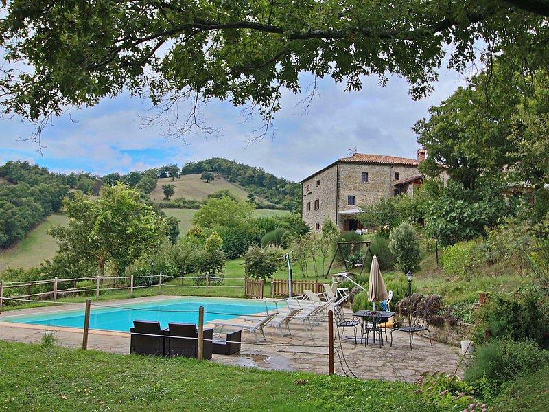 Cozy Rustic Farmhouse with pool and garden, location de vacances à Serravalle di Carda