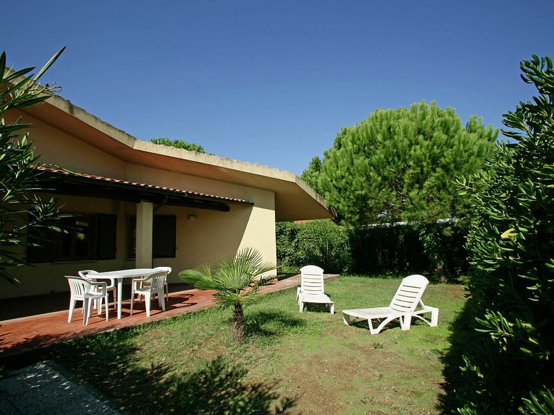 Modern Holiday Home in Giannella Italy with Private Garden, holiday rental in Giannella