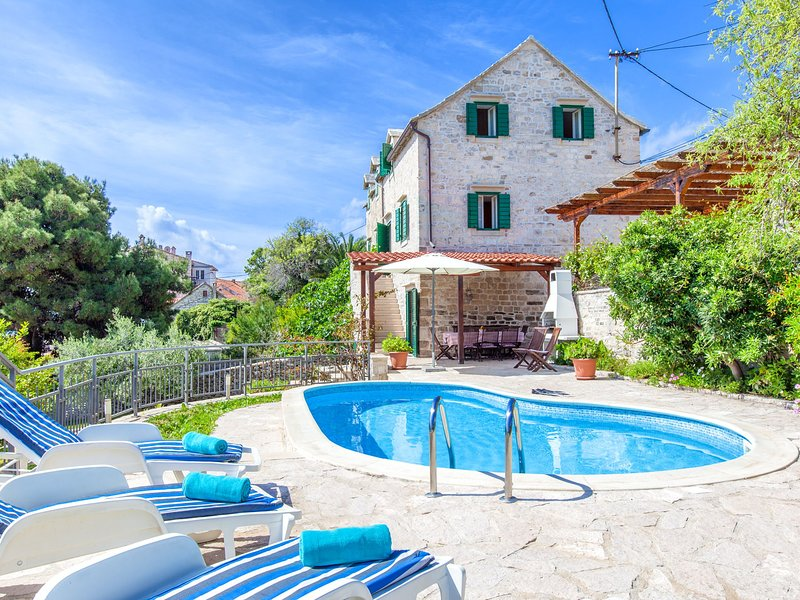 Charming Villa with Private Swimming Pool at Sumartin, location de vacances à Sumartin