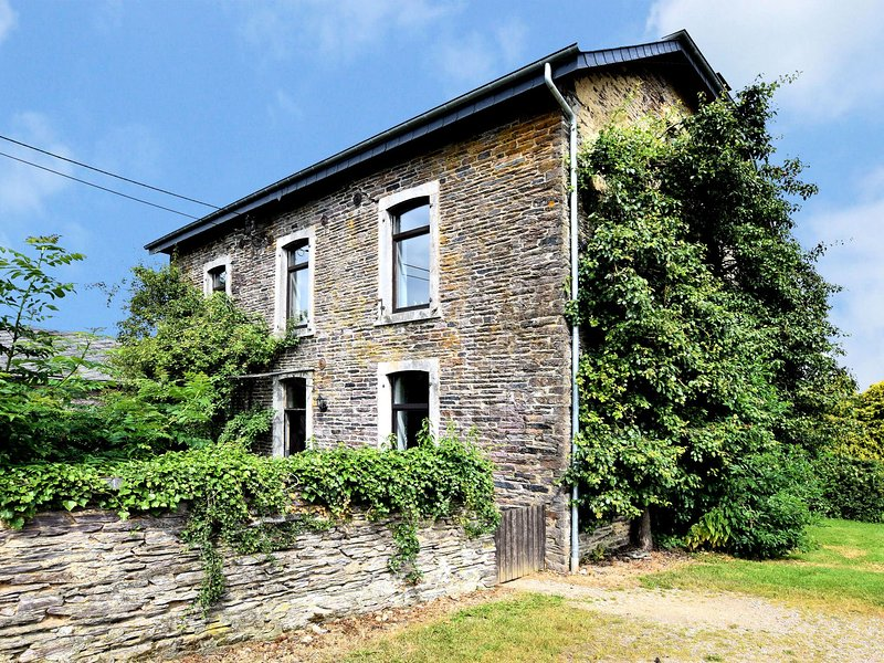 Large, detached holiday home for large groups located by a forest, holiday rental in Arbrefontaine
