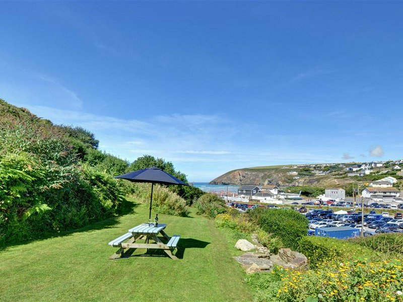 Beautiful home in Mawgan Porth with Garden, location de vacances à St. Mawgan
