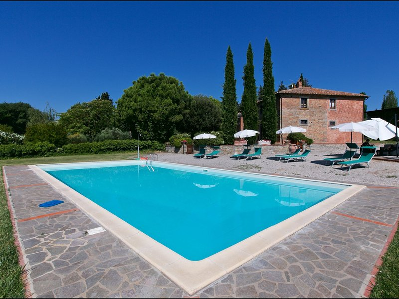 Spacious Farmhouse with Swimming Pool in Cortona, vacation rental in Montecchio