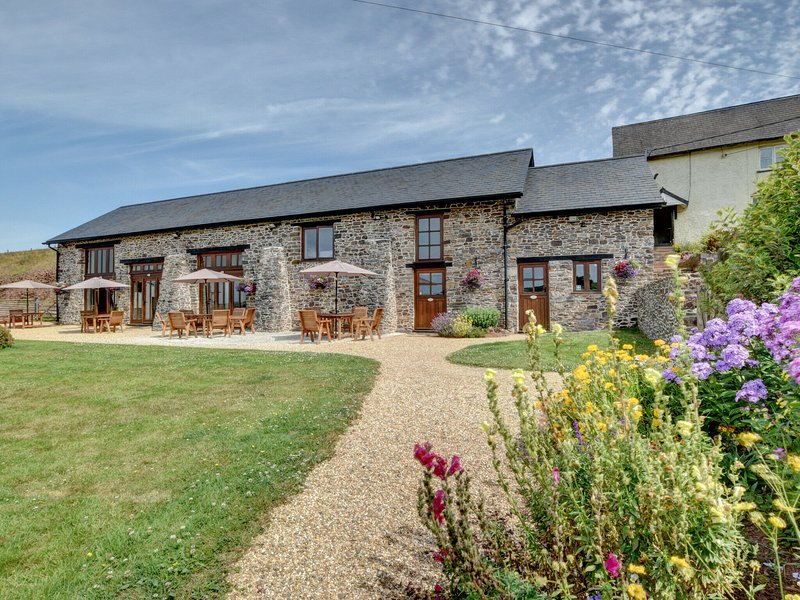 Rural barn in natural stone, offering stunning views and a Jacuzzi, located in T, vakantiewoning in Bampton