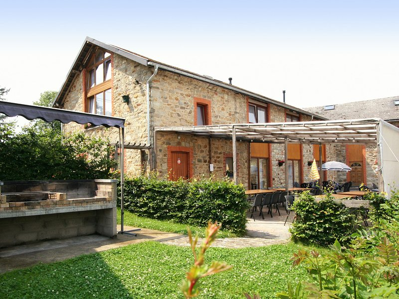 Renovated farmhouse quiet location with garden, terrace,ideal for walks/cycling, location de vacances à Ambleve