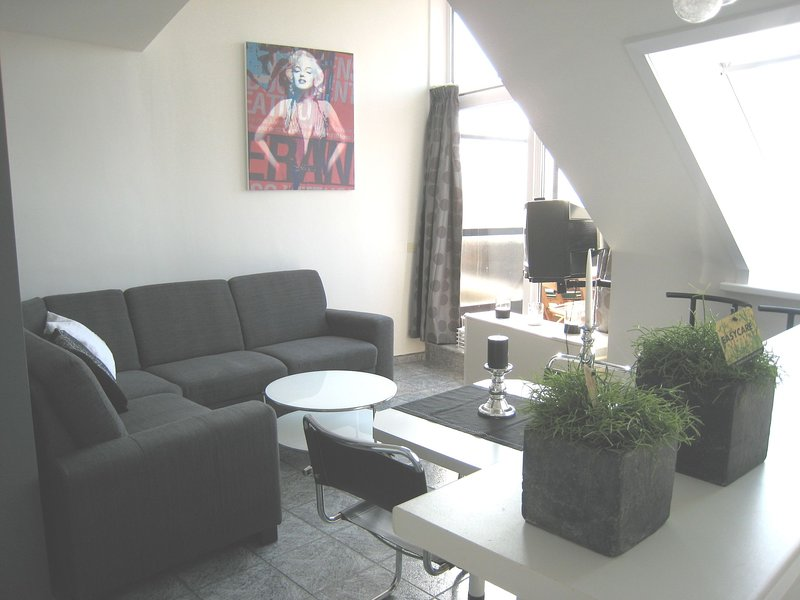 Attractive apartment with balcony 100m from the sea in Knokke-Heist, vakantiewoning in Oostende