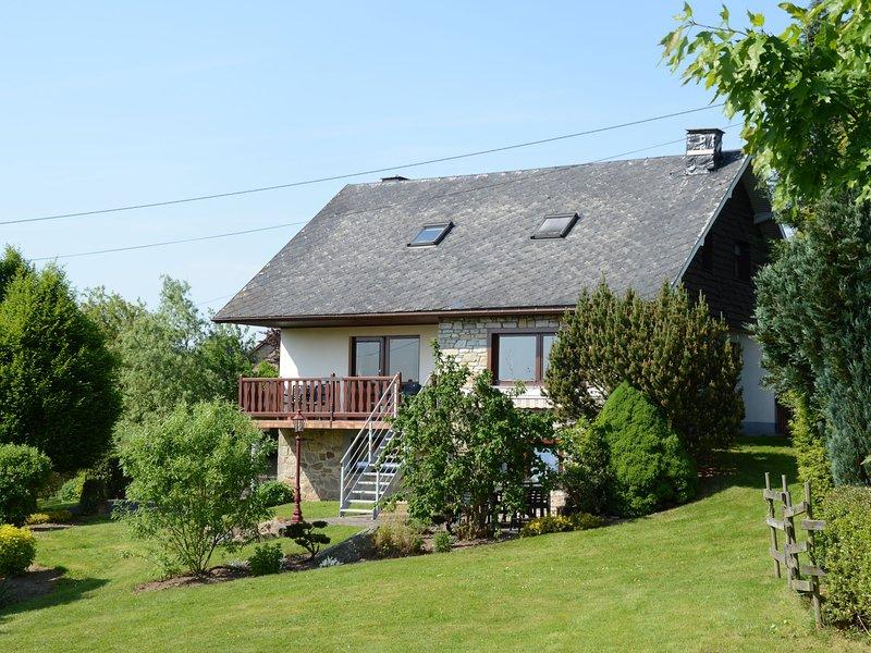 House with beautiful wooden balcony located against the hills., aluguéis de temporada em Faymonville