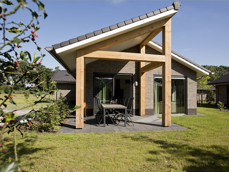 Attractive bungalow with a covered terrace near the Veluwe, vacation rental in Kootwijk