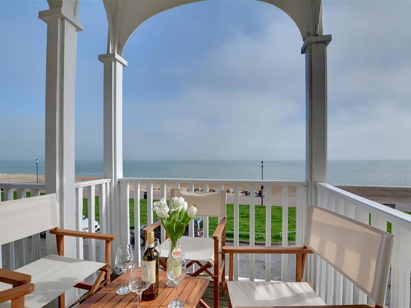 Comfortable seaside holiday home with stunning views, holiday rental in Hythe
