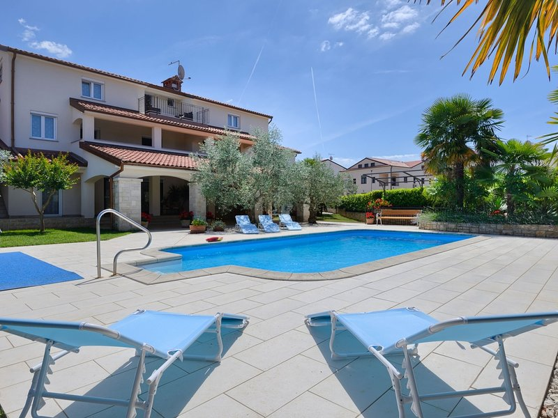 Modern two bedrooms apartment with shared pool and BBQ , 800 m from the beaches, location de vacances à Mali Maj