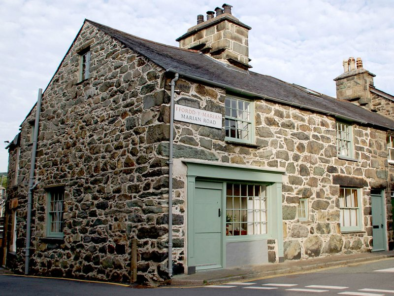 Monumental stone house in the centre of Dolgellau in Snowdonia National Park, casa vacanza a Ganllwyd