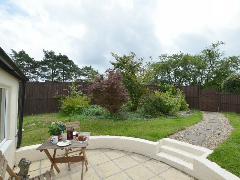 Spacious holiday home in Felindre with Garden, holiday rental in Coed Y Bryn