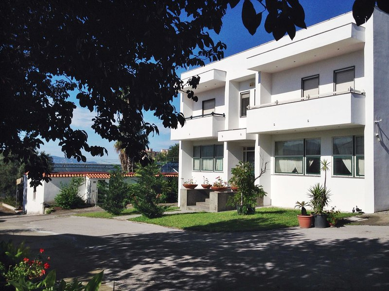 Contemporary house in Trecase with mountain view, vacation rental in Trecase