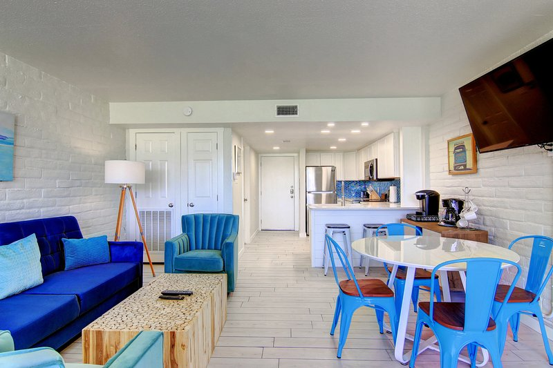 Shore Thing, cute condo with pool, beach walkover, location de vacances à Port Aransas