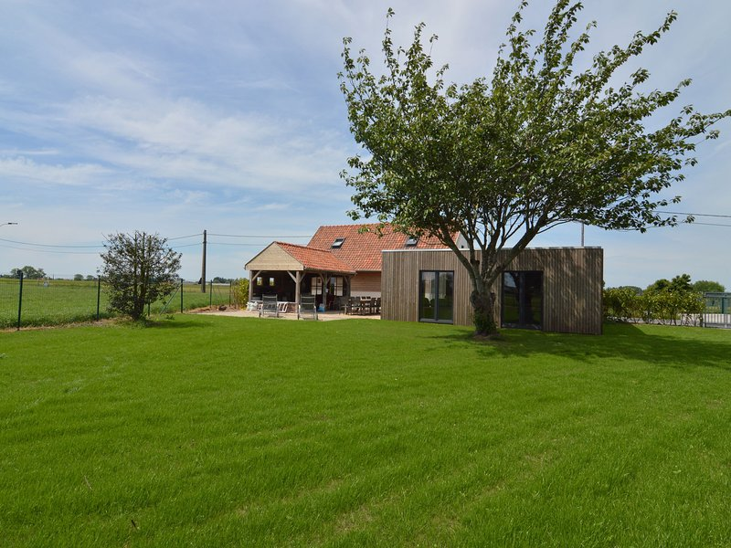 Gorgeous country house with giant garden and views of the fields., vacation rental in Watou