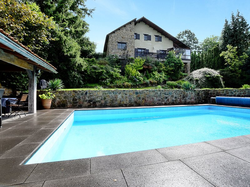 Beautiful, authentic villa with private pool, sauna, pool bar and large garden, casa vacanza a Nonceveux