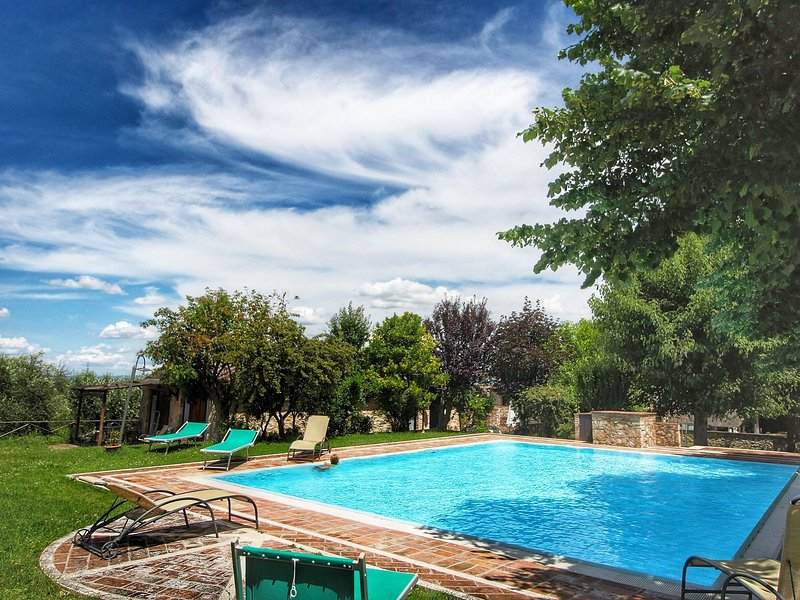 Farmhouse with pool in the hills of Chianti, beautiful environment, vacation rental in Gracciano