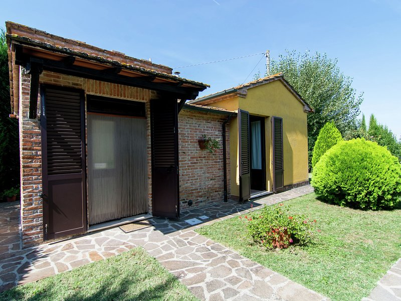 Centrally located holiday home with swimming pool and flowered garden, holiday rental in Cozzano