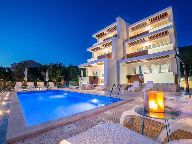 Amazing villa apartment with pool,350 m distant from the beach !, location de vacances à Dramalj