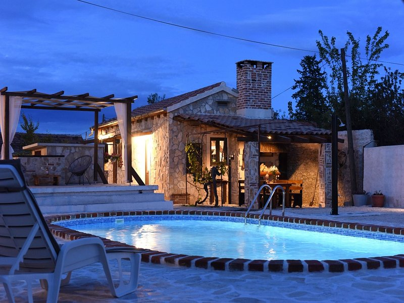 Charming holiday home with private pool, lovely terrace, BBQ, nice guesthouse, aluguéis de temporada em Suhovare