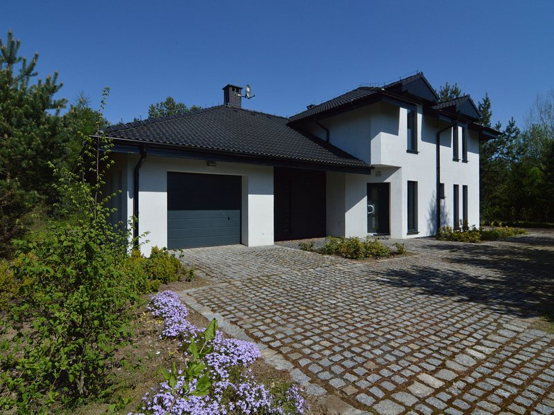 Modern villa with sauna, right next to the lake!, holiday rental in Brzezno