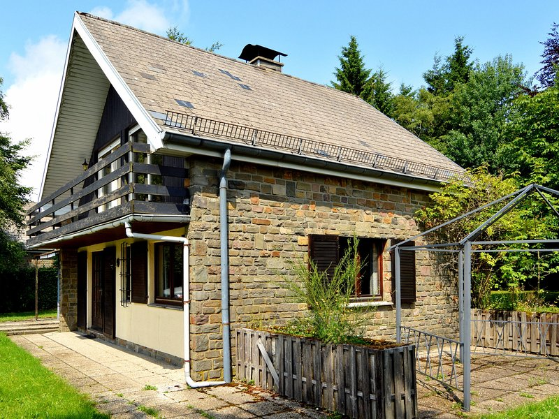 Lovely detached house in quiet area with very spacious garden, terrace and WiFi, holiday rental in Sourbrodt