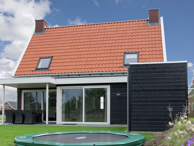 Beautiful detached property for 6 people with large garden on a small park., holiday rental in Zierikzee