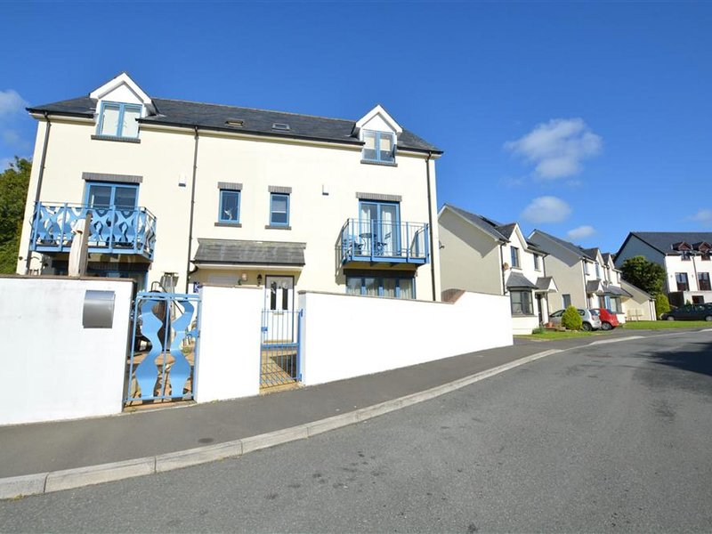 Comfortable urban residence within walking distance of the city centre and the b, vacation rental in Pembroke Dock