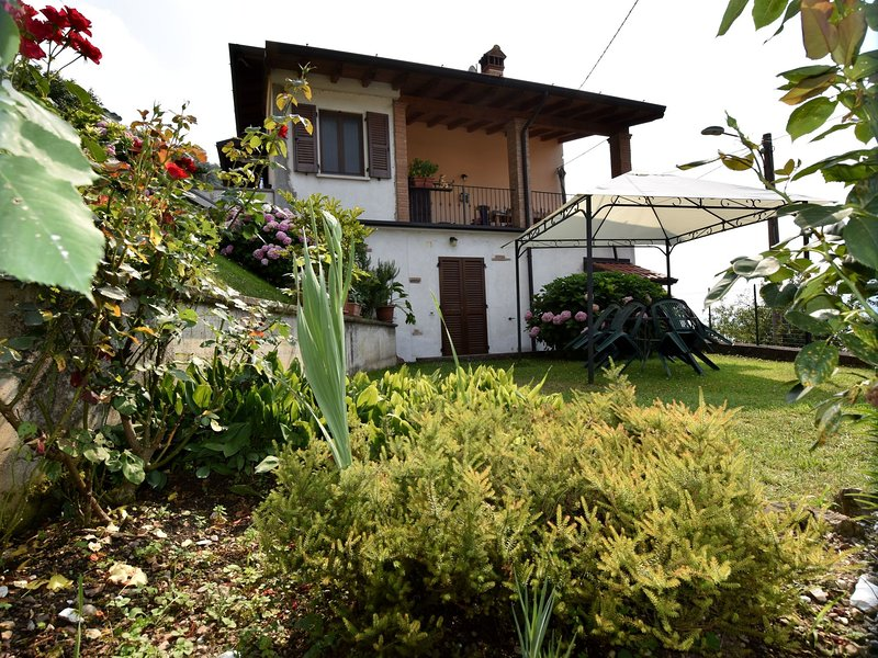 Apartment with garden and view onto the lake, 500m from the beach, holiday rental in Sulzano