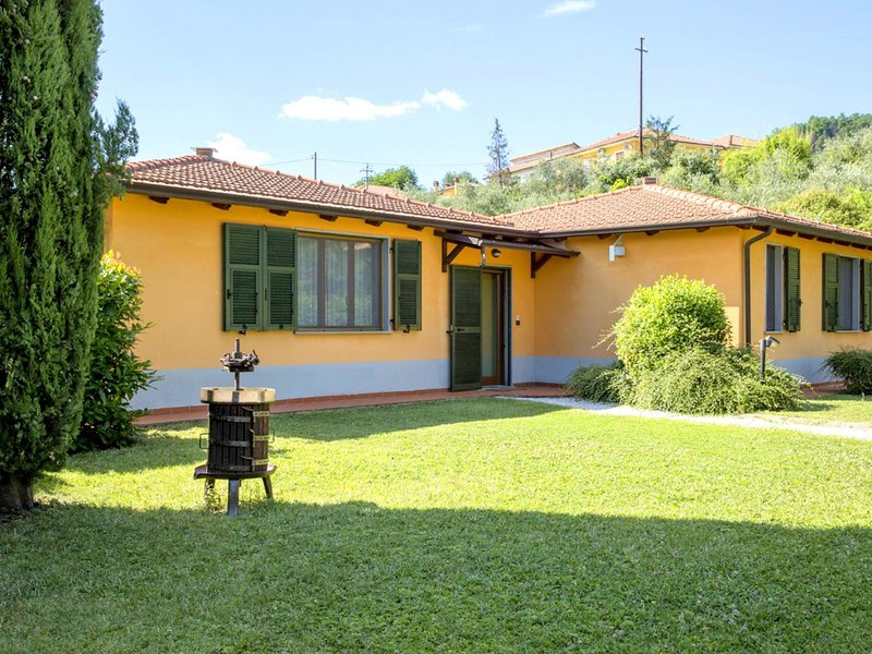 Spacious Holiday Home in Bolano with shared Pool, vakantiewoning in Santo Stefano di Magra