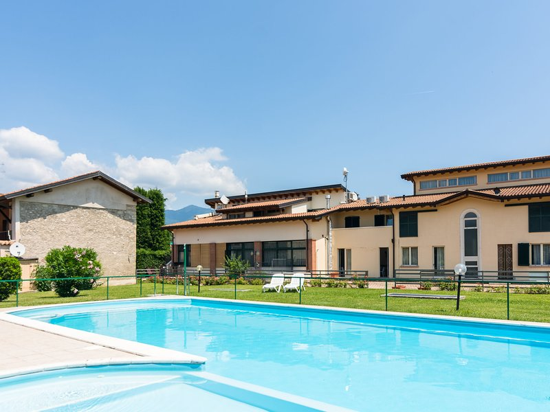 Agriturismo with pool, next 9 hole golf course and close to Salò and more., holiday rental in Cunettone di Salo