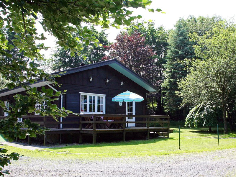 Spacious Chalet with Private Garden near Forest in Waimes, holiday rental in Sourbrodt