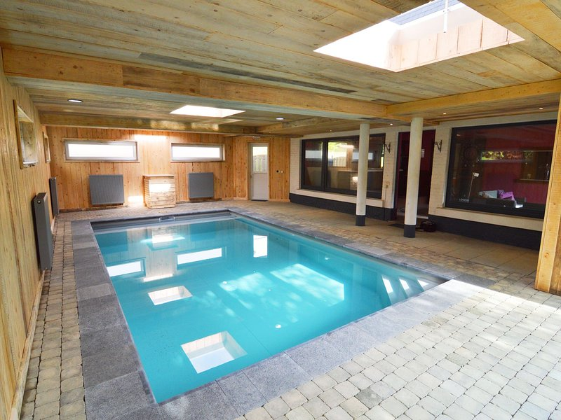 Large group house with welness equipment and swimming pool near Malmédy., location de vacances à Francorchamps