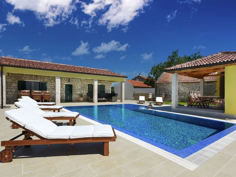 Magnificent Villa in Lovinac with Swimming Pool, vacation rental in Policnik