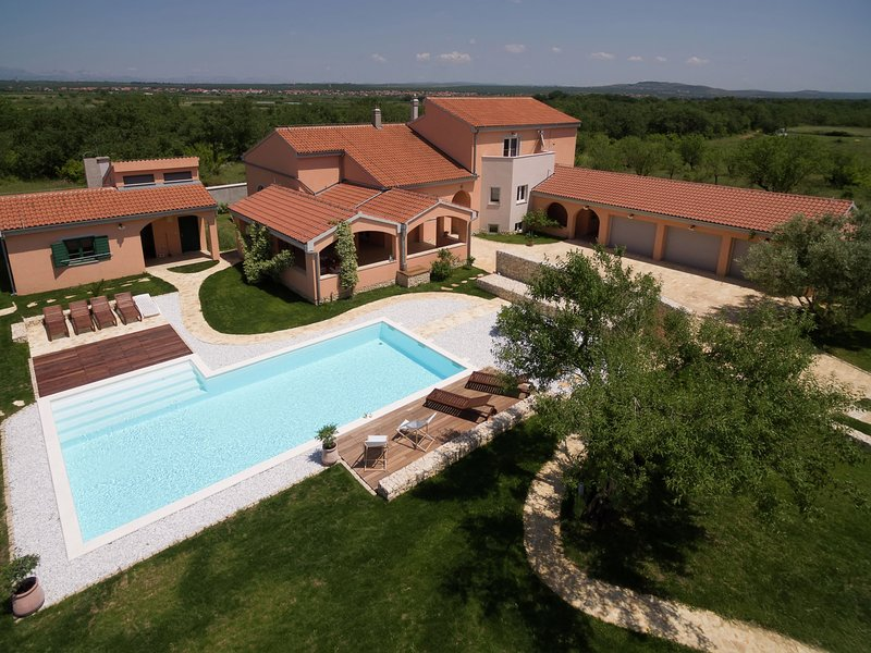 Luxurious villa on a large private estate, swimming pool, charming garden house, vacation rental in Galovac