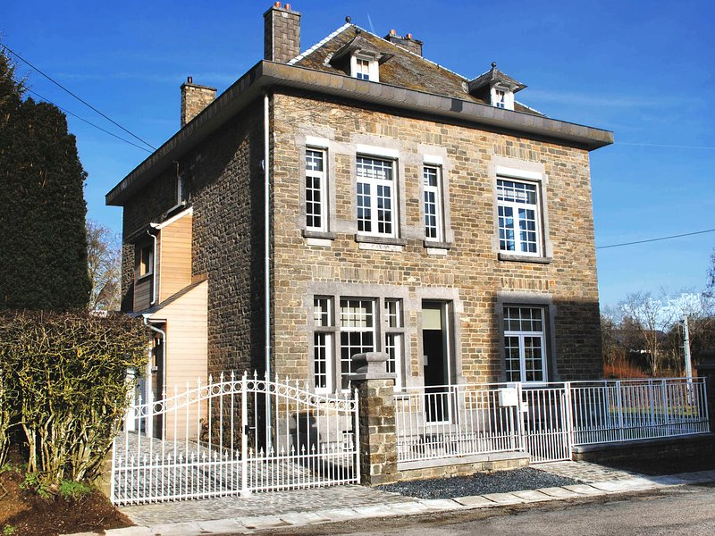 Luxurious Holiday Home in Courtil with a Jacuzzi, holiday rental in Montleban