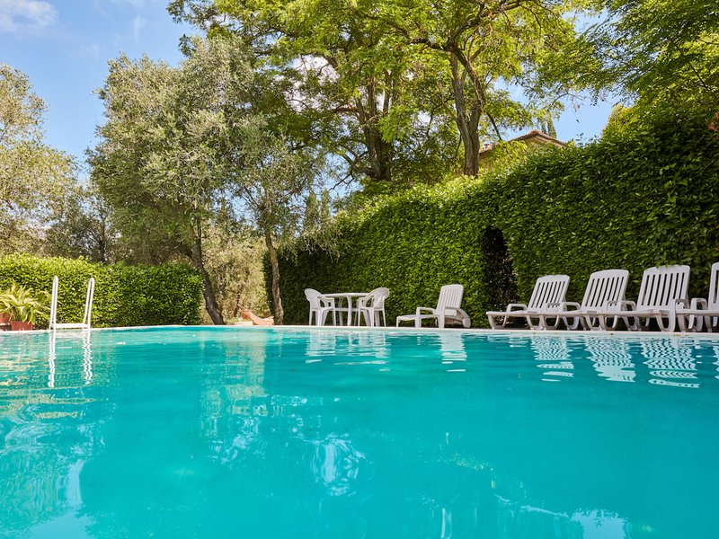 Villa with private garden and private swimming pool on a large estate in Tuscany, alquiler vacacional en Ghizzano