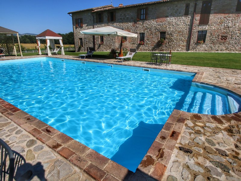 Robust old farmhouse for 4 persons amidst the Umbrian hills, vacation rental in Fratta Todina