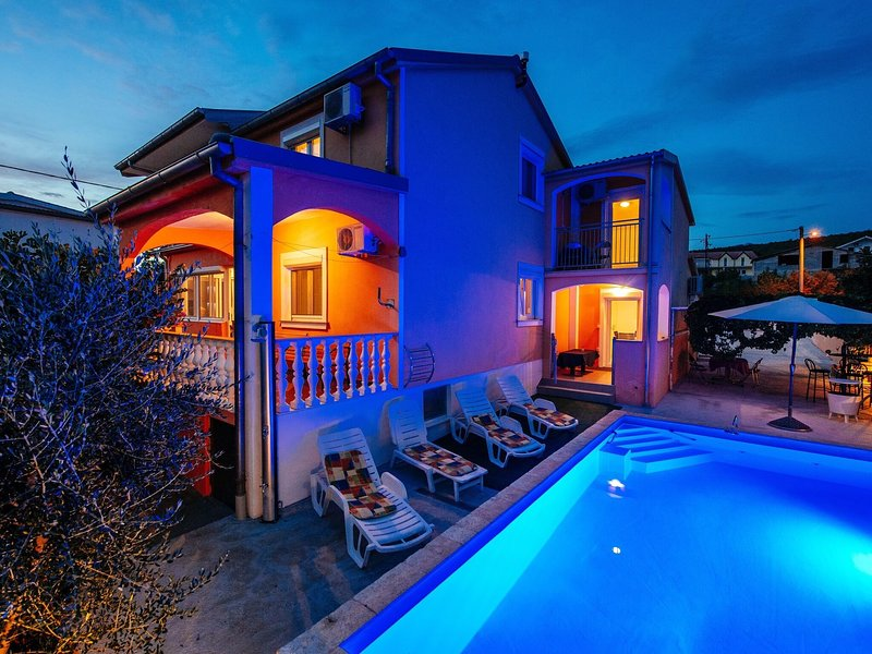Spacious holiday home with private swimming pool 200m from the beach, holiday rental in Maslenica